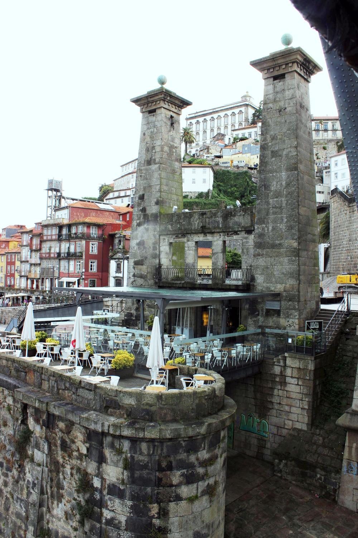 Pilone del ponte Maria II con il ristorante